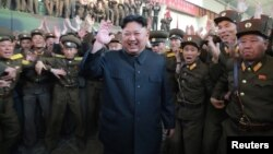 Lãnh tụ Bắc Hàn Kim Jong Un và các quân nhân.