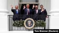 Dari kiri: PM Israel Benjamin Netanyahu, Presiden AS Donald Trump, Menlu Bahrain Abdullatif Al Zayani dan Menlu UEA Abdullah bin Zayed usai penandatangan perjanjian damai di Gedung Putih, Selasa (15/9).