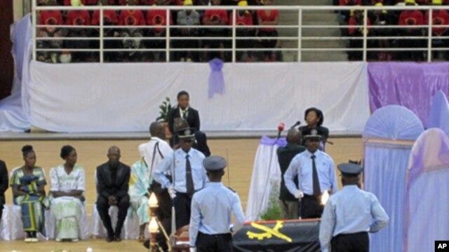 Urna do Rei do Bailundo, Ekuikui IV, durante homenagem fúnebre no Huambo