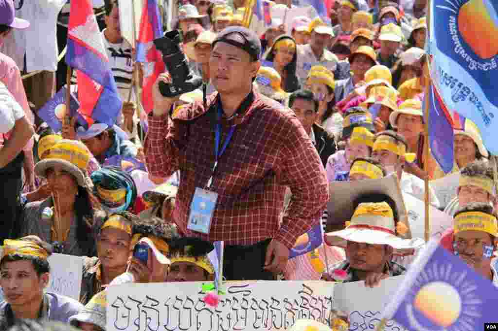 VOA Khmer reporter Heng Reaksmey at a opposition election campaign rally in Phnom Penh. (2013)