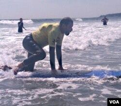 Brian Foss (57 tahun) yang menderita kelumpuhan kaki sejak bayi tengah menikmati beselancar.