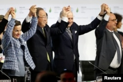 COP21 sign agreement