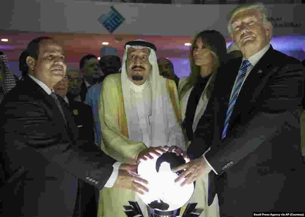 21 мая 2017  Начиная с Рональда Рейгана, все последующие американские президенты совершали свой первый государственный визит в одну из соседних стран – Канаду или Мексику. Трамп решил изменить этой традиции, отправившись в Саудовскую Аравию.  Саммит в Эр-Рияде запомнился не только этой фотографией (ставшей настоящим подарком для создателей интернет-мемов), но и большим количеством противоречивых эпизодов.