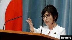 이나다 도모미 신임 일본 방위상이 3일 도쿄 총리 공관에서 열린 기자회견을 통해 발언하고 있다.
