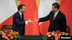 法国总统马克龙与中国国家主席习近平在北京人大会堂的签约仪式上握手。(2019年11月6日)