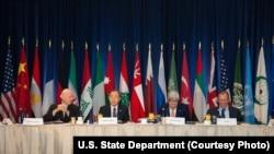 지난달 18일 미국 뉴욕시에서 미국, 러시아, 이란, 사우디아라비아를 비롯한 17개국 외교장관들과 유엔 특사가 시리아 사태 해결을 위한 국제회의를 가졌다. 왼쪽부터 스테판 드 미스투라 유엔 시리아 특사, 반기문 유엔 사무총장, 존 케리 미 국무장관, 세르게이 라프로프 러시아 외무장관. (자료사진)