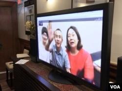709 律师李和平和两位709太太通过Skype向大家致意(美国之音萧雨拍摄)