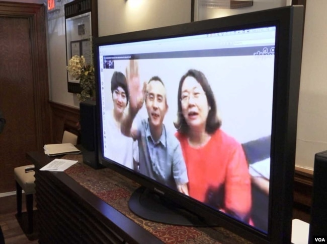 709 律師李和平和兩位709太太通過Skype向大家致意(美國之音蕭雨拍攝)
