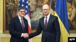 Міністрів фінансів США Джейкоб Лью та прем'єр-міністр України Арсеній Яценюк, Київ, 13 листопада 2015 року