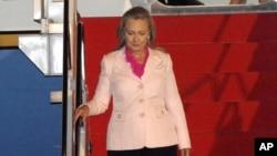 Ngoại trưởng Mỹ Hillary Rodham Clinton bước xuống sân bay Halim Perdanakusuma ở Jakarta, Indonesia, ngày 3/9/2012