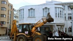 Srpske vlasti su 20. januara 2013. rano ujutro uklonile iz centra Preseva sporni spomenik borcima rasformirane ilegalne albanske Oslobodilacke vojske Preseva, Medjvedje i Bujanovca.
