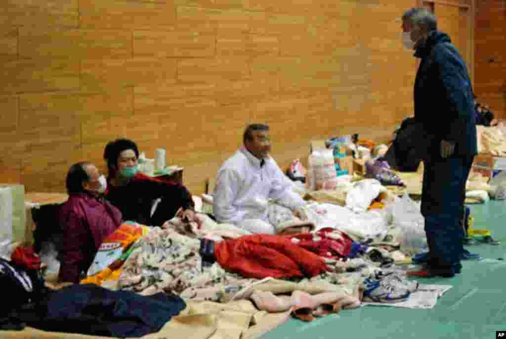 Japanese evacuees at Koriyama High School gymnasium, Koriyama, Fukushima Prefecture, March 16, 2011 (VOA Photo/S. Herman)