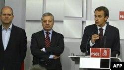 Хосе Луис Родригес Сапатеро (справа) объявляет итоги голосования в штаб-квартире Социалистической партии в Мадриде
