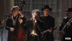 Bob Dylan tocando durante la premiación de los Grammy, en Los Ángeles, el 13 de febrero de 2011.