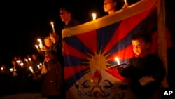 Warga Tibet di pengasingan melakukan upacara penghormatan pada mereka yang membakar diri sebagai protes terhadap pemerintahan Tiongkok. (Foto: Dok)