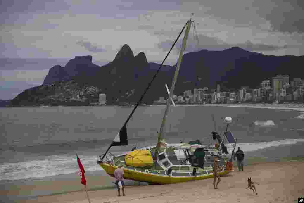 قایقی نیمه واژگون در ساحلریودوژانیرو در برزیل. بادهای شدید در این هفته موجب مرگ دست کم پنج نفر شد.