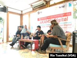 Kiri ke kanan: Musisi Ananda Badudu, Penyuluh Komnas HAM Sri Rahayu, Pegiat Pamflet Akbar Restu Fauzi, Bhagavad Sambadha dari Paguyuban Pulangnya Meeting, dan moderator Kania Mamonto dalam diskusi Akamsi (Anak Kampung Sini) Digital di Jakarta, Selasa (5/1