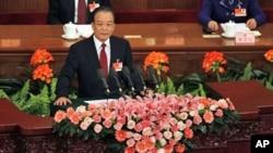 នាយករដ្ឋមន្ត្រីចិន លោក វេន ជាបាវ (Wen Jiabao) ថ្លែងអំពីរបាយការណ៍រដ្ឋាភិបាល នៅក្នុងពិធីបើកកិច្ចប្រជុំប្រចាំឆ្នាំរបស់សភាប្រជាជនចិន ឯមហាសាលប្រជាជនក្នុងទីក្រុងប៉េកាំងកាលពីថ្ងៃទី០៥ខែមិនាឆ្នាំ២០១១។