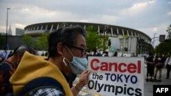 Des gens participent à une manifestation contre l'organisation des Jeux Olympiques de Tokyo 2020 devant le musée olympique de Tokyo le 9 mai 2021 (Photo de Philip FONG / AFP)