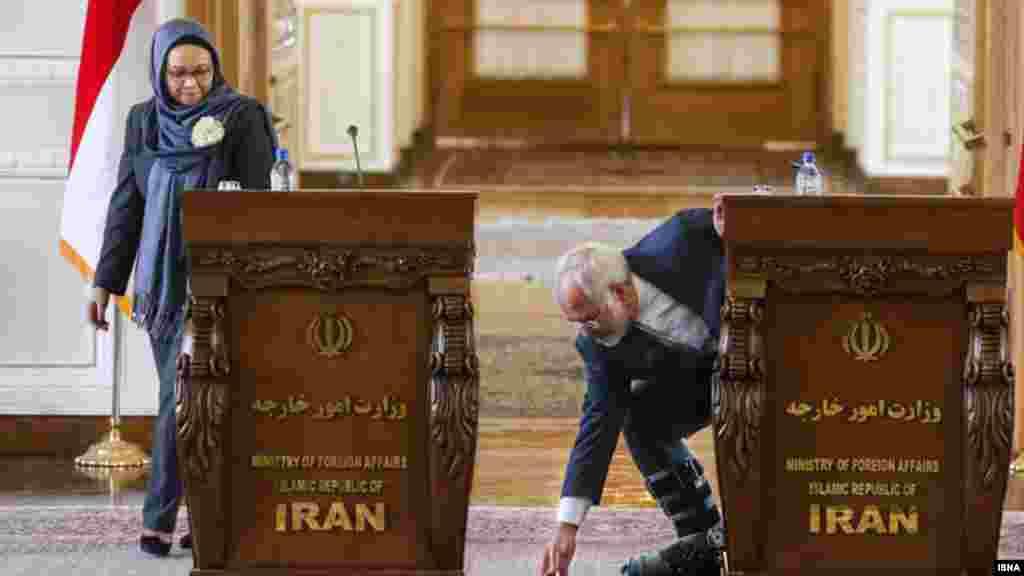 در حاشیه نشست خبری وزیر امور خارجه ایران و وزیر خارجه اندونزی. جواد ظریف این روزها با آتلی بر پایش در انظار ظاهر میشود. عکس: امین خسروشاهی، ایسنا