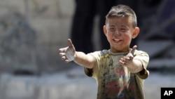 敘利亞城市阿勒頗6月2日被炮轟後﹐該名男童的兄長被炸身亡。