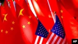 美中國旗。