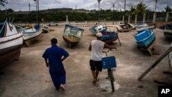 Ribari proveravaju svoje čamce nakon što su ih izneli iz mora kako bi izbegli da budu oštećeni tokom prolaska tropske oluje Elsa, u Havani, Kuba, 5. jula 2021.