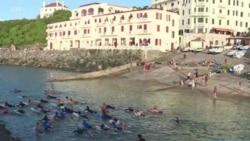 G7: 350 surfeurs se jettent à l'eau pour défendre les océans