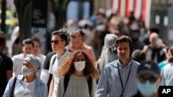 مردم در خیابان اکسفورد لندن - ۲۴ ژوئیه ۲۰۲۰ (عکس از آرشیو)
