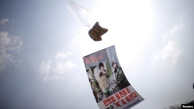 2016年3月26日,在分隔韩朝非军事区附近上空的一个气球系着谴责朝鲜领导人金正恩的传单。