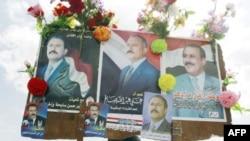 Một người ủng hộ Tổng thống Saleh giơ cao hình ông trong một cuộc biểu tình