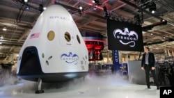 Элон Маск у пилотируемой версии корабля SpaceX Dragon V2. 29 мая 2014.