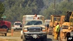 En images : des milliers de personnes fuient un incendie en Californie