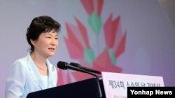 박근혜 한국 대통령이 15일 서울 서초구 양재동 더케이호텔에서 열린 제 34회 스승의 날 기념식에서 인사말을 하고 있다.