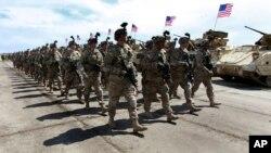 Американские военнослужащие маршируют в ходе официальной церемонии начала совместных американо-грузинских военных учений на военной базе Вазиани недалеко от Тбилиси, Грузия. 11 мая 2015 г.
