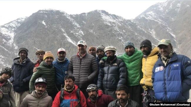 محمد علی سدپارہ کے دوستوں کے مطابق سدپارہ کو پہاڑوں سے عشق تھا۔
