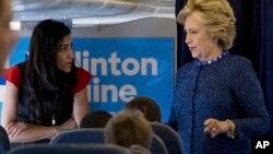 Capres AS Hillary Clinton berbicara dengan Huma Abedin (kiri) mengenai rencana kampanyenya (foto: dok).