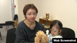 Bé Lam Nguyễn và mẹ. Photo 9News