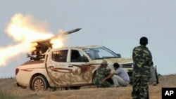 로켓포를 발사하는 리비아 시민군