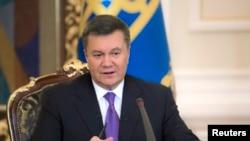 El depuesto presidente Viktor Yanukovych tiene orden de arresto por las matanzas en Kiev.