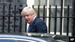 보리스 존슨 영국 총리가 4일 의회로 가기 위해 총리 관저인 다우닝 스트리트 떠나고 있다.