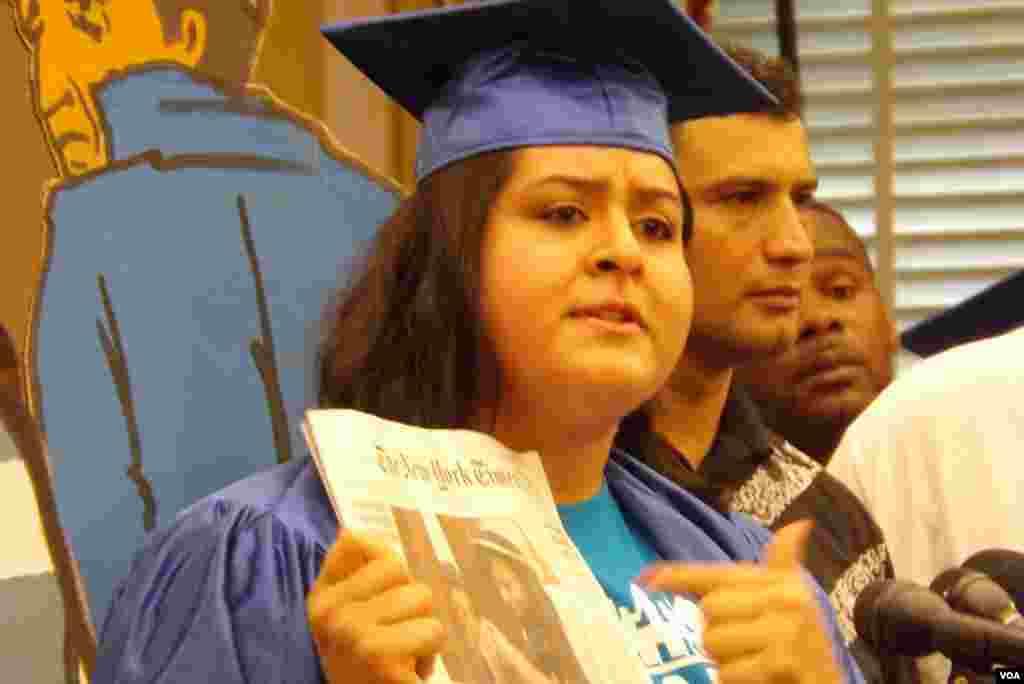 """Esta joven """"dreamer"""" calificó de inaceptable que su amiga, a la que señala en la fotografía, se vea obligada a hablar con su madre a través de los barrotes de la frontera."""