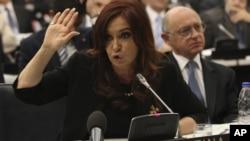 Las quejas hacia Argentina, están orientadas específicamente en la inclusión de un régimen de licencias de importación, obligación para las empresas de nivelar importaciones con exportaciones.