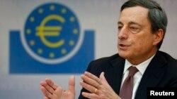 Chủ tịch Ngân hàng Trung ương Âu châu Mario Draghi nói chuyện tại một cuộc họp báo
