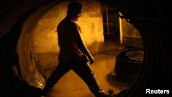 Un minero en un túnel en Gilbert, West Virginia, donde las medidas del gobierno de Obama han golpeado la economía de la zona.