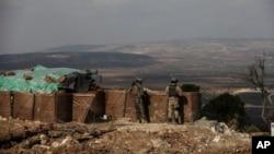 亞夫林地區一個山頭上站崗的土耳其士兵 (2018年3月3日)