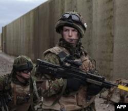 Britaniya Afg'onistonga doir xarajat va qo'shinlarni qisqartirmoqchi