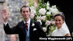 Pippa Middleton và James Matthews tươi cười sau lễ cưới ở Nhà thờ Thánh Mark ở Englefield, Anh.