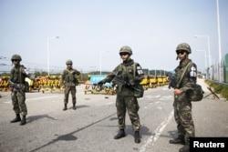 Binh sĩ Hàn Quốc canh gác tại một chốt kiểm soát trên chiếc cầu dẫn tới làng đình chiến Bản Môn Điếm, ngày 24/7/2015.