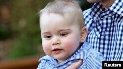 영국 왕실의 조지 왕자가 아버진 윌리엄 왕자의 품에 안겨 있다.